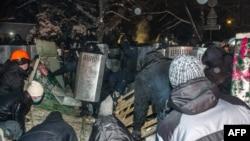 Полиция шерушілер шатырларын бұзап жатыр. Киев, 10 желтоқсан 2013 жыл.