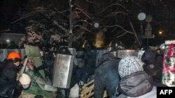 Pamje nga përleshjet e policisë dhe protestuesve në Kiev