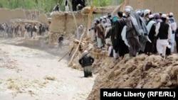 Ауғанстанның Сари-Пуль уәлаятындағы су тасқыны құрбандары. 14 мамыр 2012 жыл. Көрнекі сурет