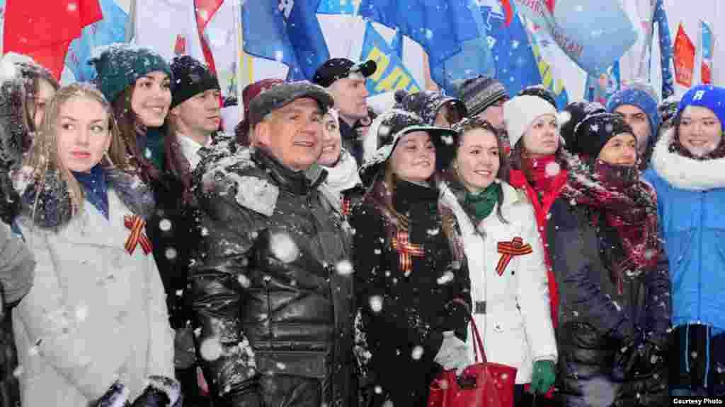 """Рөстәм Миңнеханов """"Яшь гвардия"""" хәрәкәте яшьләре янәшәсендә"""