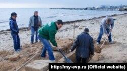 На евпаторийском пляже нашли древнюю могилу. 17 ноября 2017 года