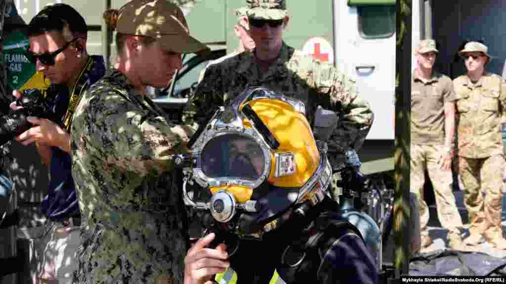 Шлем для водолазов, в который можно подавать воздух с поверхности