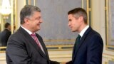 Ukrainian President Petro Poroshenko (left) and British Defense Minister Gavin Williamson meet in Kyiv on September 17.