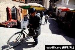 Базардан қайтқан велосипедші. Өзбекстан, 7 сәуір 2012 жыл.