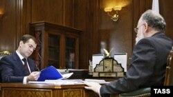 Президент призывает Владимира Чурова к справедливым выборам. Чуров не возражает