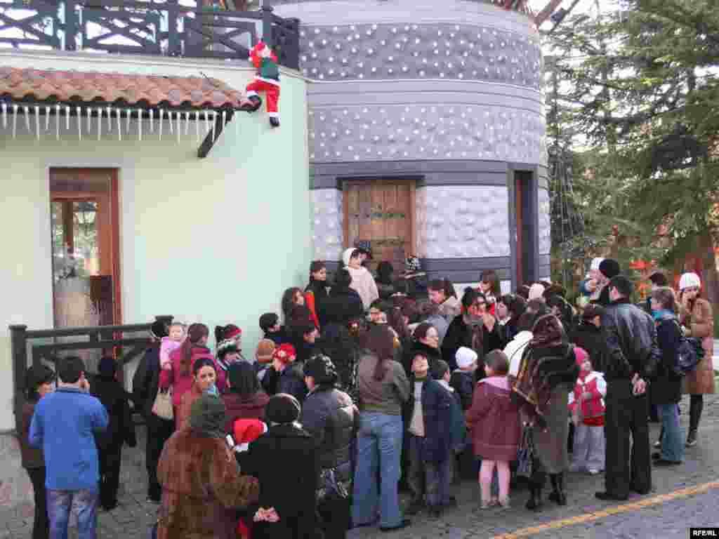 თოვლის პაპასთან შეხვედრის მსურველთა რიგი მთაწმინდის პარკში