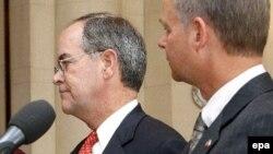 Републиканскиот конгресмен од Охајо Мајкл Тарнер со американскиот амбасадор во Чешка Ричард Грабер