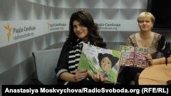 Лариса Денисенко (праворуч) та Лілія Омельяненко з книгою «Майя та її мами» Лариси Денисенко