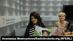 Лариса Денисенко (праворуч) та Лілія Омельяненко «Майя та її мами» Лариси Денисенко