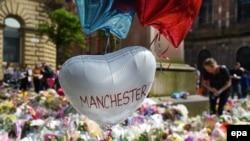 Площа Святої Анни в центрі Манчестера, де вшановують жертв недавньої атаки, Великобританія, 24 травня 2017 року