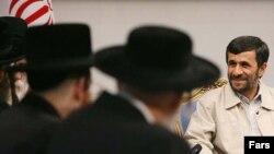 آقای احمدی نژاد در ديدار با خاخام های يهودی شرکتکننده در همايش هولوکاست در تهران گفت قدرت های بزرگ بايد بساط رژيم اسراييل را جمع کنند و حکومت مورد نظر ملت فلسطين را در يک همه پرسی با حضور همه فلسطينيان اعم از يهودی، مسيحی و مسلمان تعيين کنند.