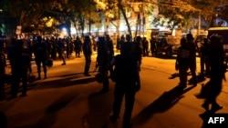 Полицейские стоят в ночь на 2 июля у кафе, в котором держат заложников.