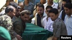 Sahrana Avganistanca koji je radio pri međunarodnim snagama (IAM), a koji je poginuo zajedno sa još devet zdravstvenih radnika prilikom najnovijeg napada u Kabulu, 9. avgust 2010