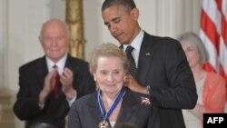 В 2012 году президент США Барак Обама вручил медаль Свободы бывшему госсекретарю США Мадлен Олбрайт