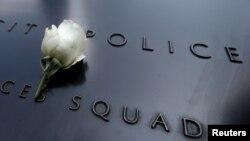 Белая роза на Мемориале жертвам теракта 11 сентября 2001 года в Нью-Йорке, в знак скорби по полицейским, убитым в Далласе
