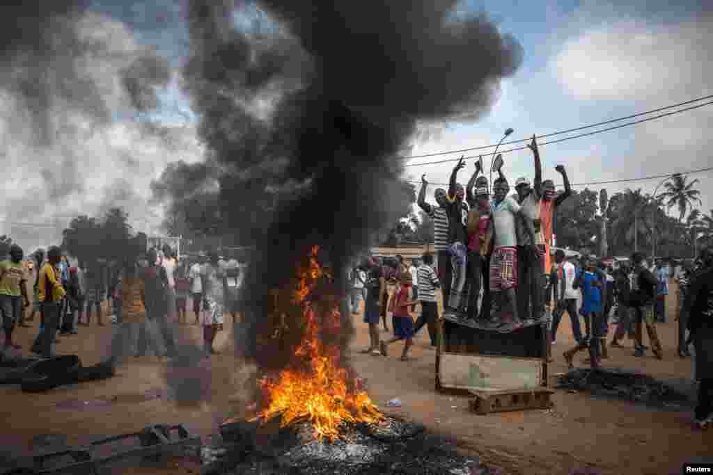 """Panos Pictures фотоагентлыгында Time журналы өчен эшләүче француз фотографы Уильям Дэниелсның Үзәк Африка республикасы башкаласы Бангидагы демонстрациячеләр фотолары шәлкеме """"Гомуми хәбәрләр"""" номинациясендә икенче урынны алды."""