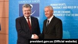 Ukrayna prezidenti Petro Poroşenko (solda) və Avropa Şurasının prezidenti Thorbjorn Jagland plenar sessiyada