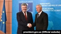 Президент Украины Петр Порошенко и генеральный секретарь Совета Европы Турбьерн Ягланд. Страсбург, 11 октября 2017 года