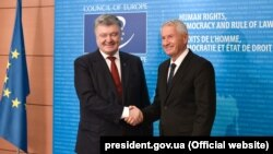 Ukrainian President Petro Poroshenko (left) and the secretary-general of the Council of Europe, Thorbjorn Jagland, in Strasbourg on October 11