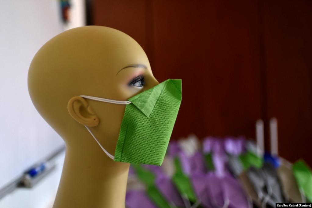 Зеленая маска для лица, сделанная дизайнерами одежды Сталиной Свейковской и Нельсоном Хименесом в Сан Антонио де Лос Альтос, Венесуэла.