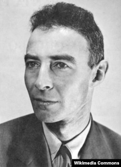 """Джулиус Роберт Оппенгеймер, """"Оппи"""", (1904-1967) – научный руководитель Лос-Аламосской лаборатории, известен как """"отец атомной бомбы"""""""