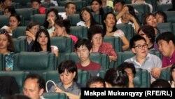 ҚазҰУ студенттері Нобель сыйлығы лауреаттарымен өткен онлайн-кездесуде. Алматы, 24 мамыр 2012 жыл. (Көрнекі сурет)