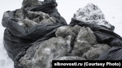 Мешки со снегом выпавшим в одном из микрорайонов Новосибирска