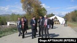 Для таких встреч миссия наблюдателей Евросоюза ставит палатку в селе Эргнети между грузинским и российским постами