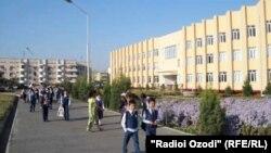 Гимназияи президентии шаҳри Чкалов. Акс аз бойгонӣ.