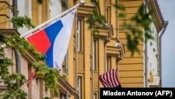 Российский флаг вблизи посольства США в Москве