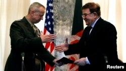 Ооганстандын коргоо министри Абдул Рахим Вардак жана АКШ генералы Жон Аллен келишимге кол коюу учурунда. Кабул, 9-март, 2012-жыл.