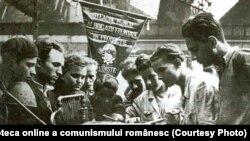 Brigadă utecistă fruntaşă în timpul activităţii în producţie la o întreprindere Bucureşteană.(1950) Fototeca online a comunismului românesc; cota:180/1950