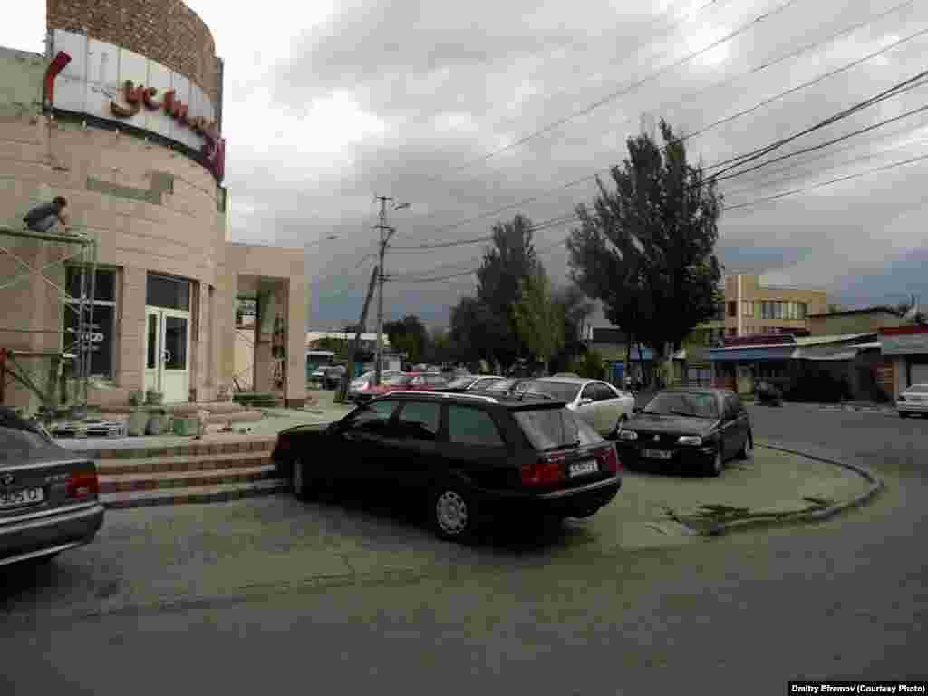 А бывает, что тротуар есть и состояние у него хорошее. Но оказывается он не для пешеходов, а для парковки машин. Подобное ежедневно происходит возле кафе по улице Шабдан-баатыра.