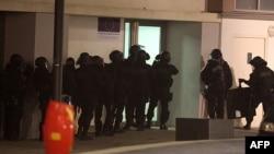 "Häzirki wagt ""Charlie Hebdo"" žurnalyna edilen hüjüme gatnaşygy bardyr diýlip güman edilýän birnäçe adam tussag edildi."