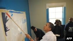 باراک اوباما در روز ملی خدمترسانی، يادبود مارتين لوتر کينگ، به مرکز جوانان بیخانمان رفت و آستينها را بالا زد تا سهمی در نقاشی ديوارها داشته باشد. (عکس از AFP)