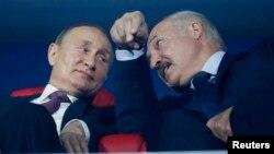 Vladimir Putin (solda) və Alyaksandr Lukashenka
