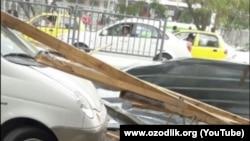 Сильная буря, пронесшаяся по Бухаре, повредила несколько автомобилей.