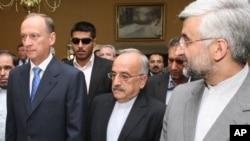 سعید جلیلی، دبیر شورای عالی امنیت ملی ایران (راست) و نیکولای پاتروشف، دبیر شورای امنیت فدراسیون روسیه (چپ). ۱۵ اوت ۲۰۱۱