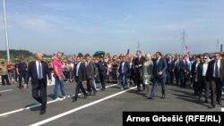 Aleksandar Vučić pridružio se u septembru 2016. Miloradu Dodiku na otvaranju jednog drugog autoputa u BiH, prve dionice autuputa Doboj - Banjaluka od Doboja do Prnjavora