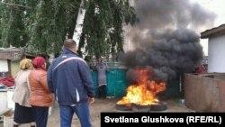 Пожар во дворе сносимого дома, принадлежащего участнице акции протеста Алтын Червалиевой. Астана, 15 августа 2014 года.