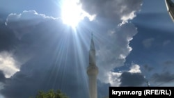 Солнце выходит из-за тучи над Соборной мечетью в Белогорске