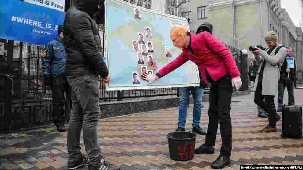 На неї «Путін» наніс криваві сліди «кримської весни»