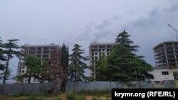 Строительство жилья для военнослужащих на месте рощи краснокнижных деревьев в микрорайоне бухты Казачьей
