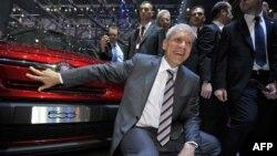 Predsednik Srbije Boris Tadić pozira ispred Fiata na sajmu automobila u Ženevi