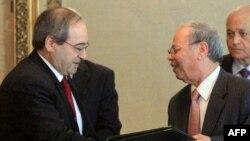 فیصل مقداد، معاون وزیر امور خارجه سوریه (چپ) به همراه احمد بن حلی، معاون دبیرکل اتحادیه عرب