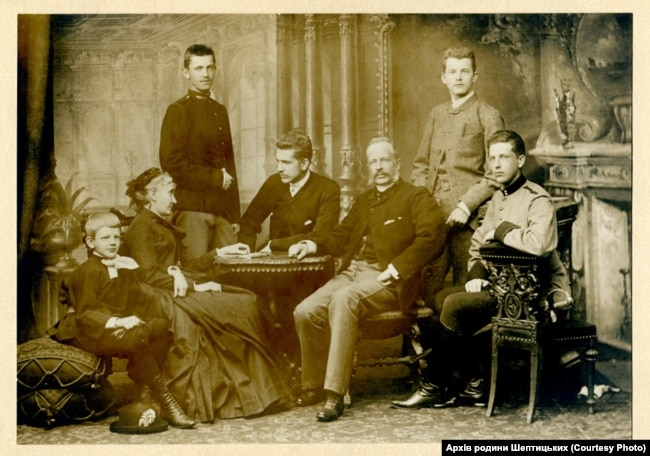 Родина Шептицьких перед вступом Романа у монастир, 1887 рік