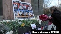 Фотографии жертв событий 1 марта 2008 года возле памятника Мясникяну в Ереване