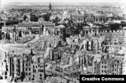 Руины Дрездена после бомбардировки авиацией союзников в феврале 1945 года