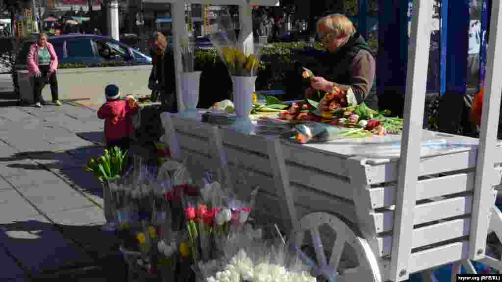 В Ялте цветы продают с декоративных прилавков. В наличии как букеты, так и цветы в горшках