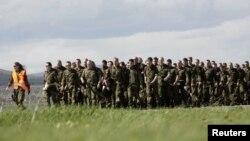 Миротворці з Німеччини після прибуття до аеропорту Приштини 25 квітня 2012 року